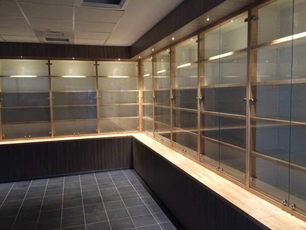 Bibliothèque en bois et verre