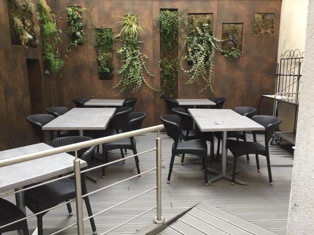 Terrasse en bois, hôtel Kyriad
